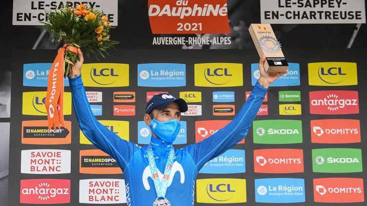 Alejandro Valverde (Movistar) sur le podium après sa victoire au Sappey-au-Chartreuse sur la 6e étape du Critérium du Dauphiné, vendredi 4 juin. (ALAIN JOCARD / AFP)