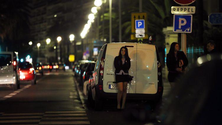 Des prostituées attendent des clients dans une rue de Nice, le 28 mars 2013. (illustration) (VALERY HACHE / AFP)