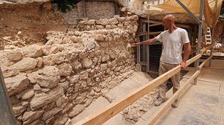Des nouvelles portions de la muraille de Jérusalem révélées par l'archéologue israélien Filip Vukasavovic (EMMANUEL DUNAND / AFP)