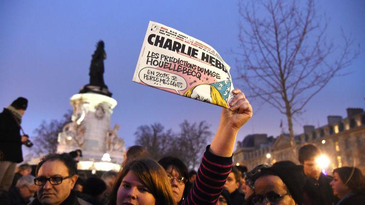 """Place de le République à Paris lors du rassemblement après l'attaque qui a fait 12 morts dans le siège de """"Charlie Hebdo"""" (DOMINIQUE FAGET / AFP)"""
