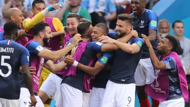 La joie des joueurs français après leur victoire contre l'Argentine, le 30 juin 2018 à Kazan (Russie). (KUNIHIKO MIURA / YOMIURI / AFP)