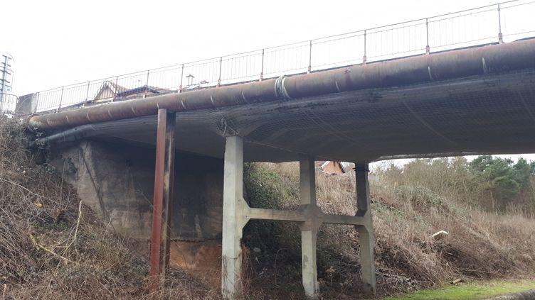 Les grands piliers qui soutiennent le pont de Rosselmont, à Petite-Rosselle (Moselle), sont dans un état inquiétant. (FARIDA NOUAR / RADIO FRANCE)
