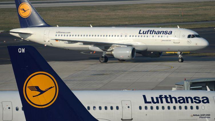 Des avions de la compagnie aérienne Lufthansa, à Düsseldorf (Allemagne), le 13 mars 2014. (PATRIK STOLLARZ / AFP)
