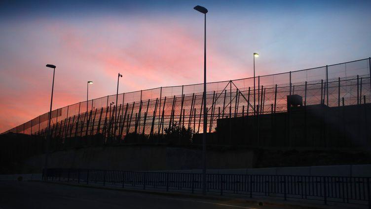 La frontière entre le Maroc et l'enclave espagnole de la Ceuta, le 11 décembre 2014. (JUAN MEDINA / REUTERS)