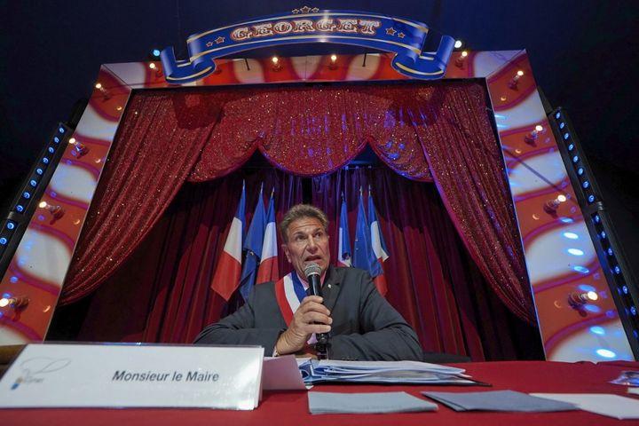 Le maire de Luynes (Indre-et-Loire),Bertrand Ritouret, lors de sa réelection sous un chapiteau de cirque, le 26 mai 2020. (GUILLAUME SOUVANT / AFP)