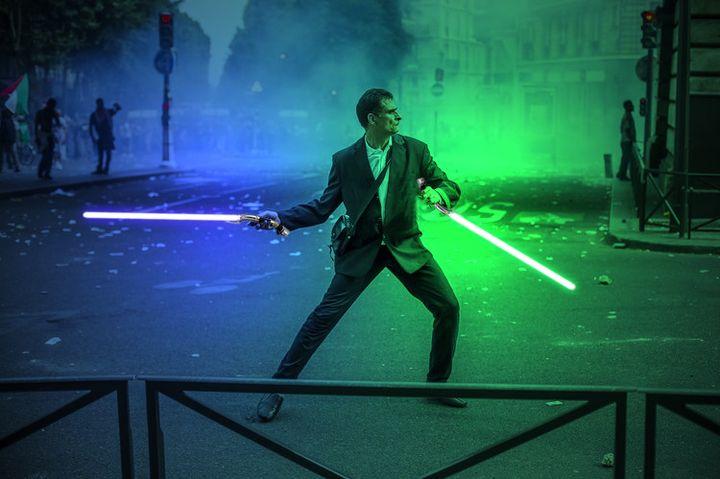 """Détournement façon """"Star Wars"""" d'une photo du photoreporter Laurent Troudé, pour """"Libération"""",prise samedi 19 juillet 2014, à Paris. (REDDIT / FRANCETV INFO)"""