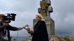 Marine Le Pen, sur l'île de Sein, dans le Finistère, le 17 juin 2020. (DAMIEN MEYER / AFP)