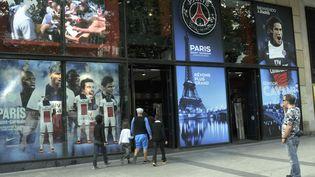 Le magasin officiel du PSG, sur les Champs-Elysées, à Paris, le 13 mars 2014. (BOB DEWEL / ONLY FRANCE / AFP)