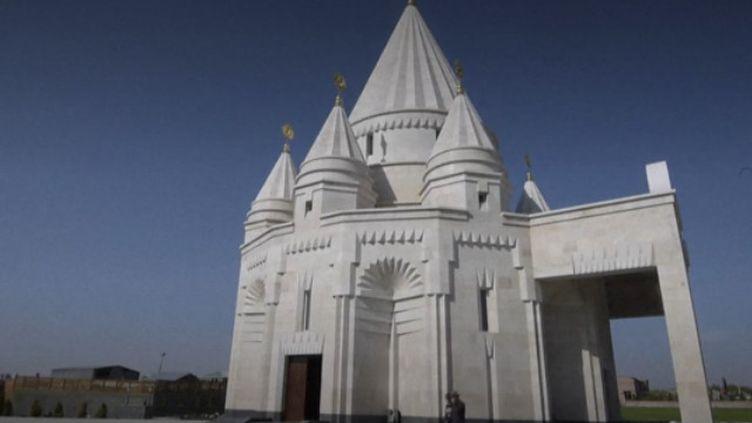 Les Yazidis, peuple dont une grande diaspora se trouve en Arménie,y ont inauguré le plus grand temple du pays afin de pratiquer leur religion.    (CAPTURE ECRAN / FRANCEINFO)