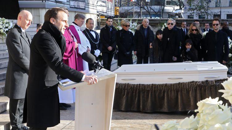 """Le 9 décembre 2017, Emmanuel Macron prononce un discours avant le début de la cérémonie religieuse des obsèques de Johnny Hallyday. """"Johnny était à vous. Johnny était à son public. Johnny était à son pays. C'était plus qu'un chanteur, c'était la vie. Vous avez aimé ses amours, vécu ses ennuis"""", a notamment déclaré le président de la République. (LUDOVIC MARIN / AFP)"""
