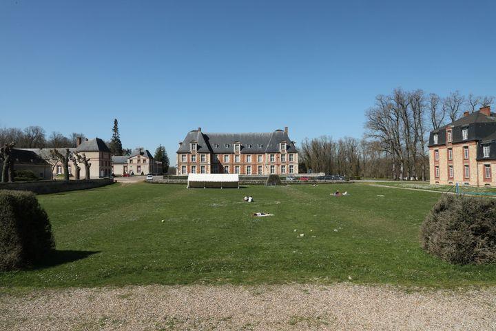Des étudiants profitent du soleil sur le site d'AgroParisTech, à Thiverval-Grignon (Yvelines), le 30 mars 2021. (THOMAS BAIETTO / FRANCEINFO)