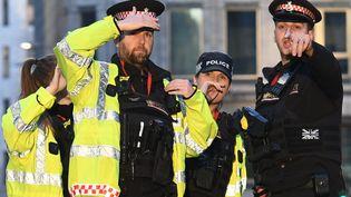 Des policiers londoniens sur les lieux de l'attaque, le 29 novembre 2019 à Londres (Royaume-Uni). (DANIEL SORABJI / AFP)