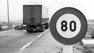 Des vehicules passent devant le panneau de limitation à 80 km/h pour économiser le carburant en pleine crise du pétrole le 30 novembre 1973. (ARCHIVES / AFP)