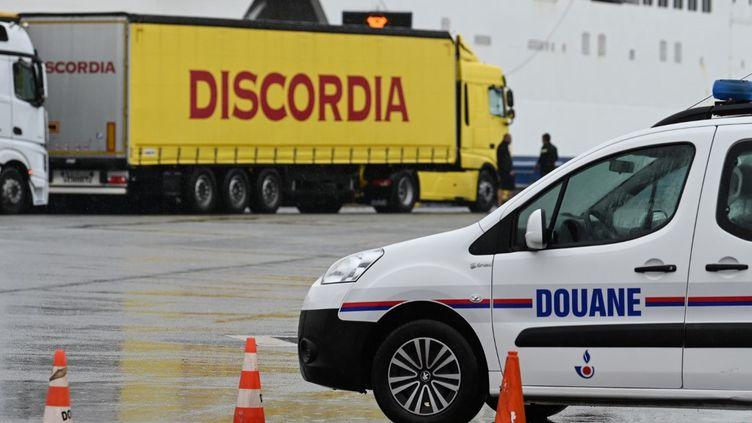 Un véhicule des douanes devant des camions en route pour le Royaume-Uni, le 24 septembre 2019 à Calais. (DENIS CHARLET / POOL / AFP)
