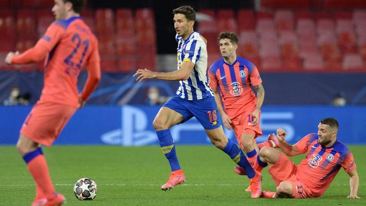 Marko Grujic (Porto) et Mateo Kovacic (Chelsea) ici au duel lors du quart de finale aller de Ligue des champions, mercredi 7 avril. (CRISTINA QUICLER / AFP)