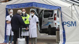 L'entrée des urgences de l'hôpital Henri Mondor, à Créteil, le 3 avril 2020. (LUDOVIC MARIN / AFP)