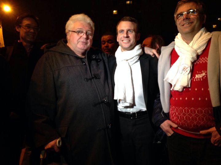 Le ministre de l'Economie, Emmanuel Macron, pose avec des militants socialistes après son discours à Fresnes (Val-de-Marne), le 19 mars 2015. (ARIANE NICOLAS / FRANCETV INFO)