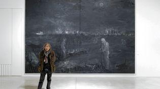 """Yan Pei-Ming devant son tableau intitulé """"Pandémie"""". Musée Unterliden de Colmar (SEBASTIEN BOZON / AFP)"""