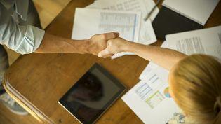 Une poignée de main pour sceller le retour d'un salarié. (MAXPPP)