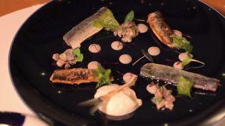 Le chef étoilé, qui tient un restaurant à La Rochelle (Charente-Maritime), a relevé le défi de préparer un repas de gala pour 25 euros par personne. (CAPTURE D'ÉCRAN FRANCE 3)