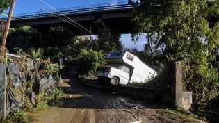 Un camping-car renversé par les eaux àCasteldaccia, près de Palerme (Italie), le 4 novembre 2018. (ALESSANDRO FUCARINI / AFP)