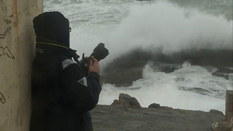 Gaëlle de Trescadec à l'affût de la plus belle vague (C. Louet / France 3 Bretagne)