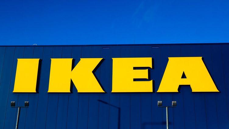 Le logo de l'enseigne suédoise Ikea, en décembre 2020. (JAKUB PORZYCKI / NURPHOTO / AFP)