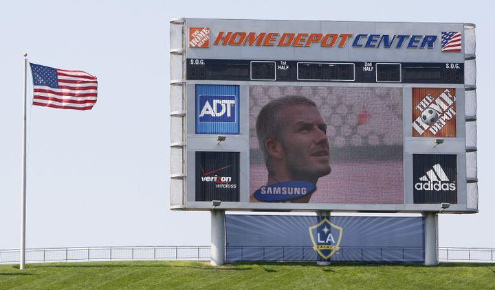 Le Home Depot Center, le centre d'entraînement des Los Angeles Galaxy, le 16 juillet 2007. On voit le footballeur anglais David Beckham sur l'écran géant. (TOBY MELVILLE / REUTERS)