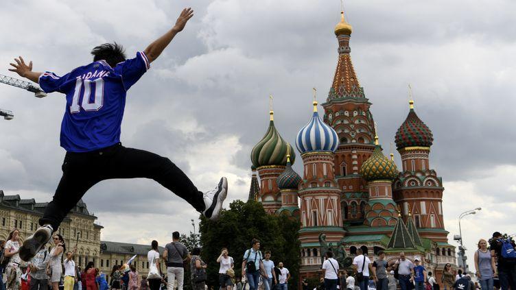 Un homme portant un maillot de de Zinédine Zidane saute sur la place Rouge, à Moscou (Russie), le 13 juillet 2018. (GABRIEL BOUYS / AFP)