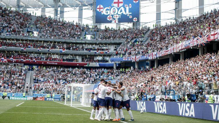 L'équipe d'Angleterre célèbre son but face au Panama, lors de la Coupe du monde en Russie, le 24 juin 2018. (THIAGO BERNARDES / FRAMEPHOTO / AFP)
