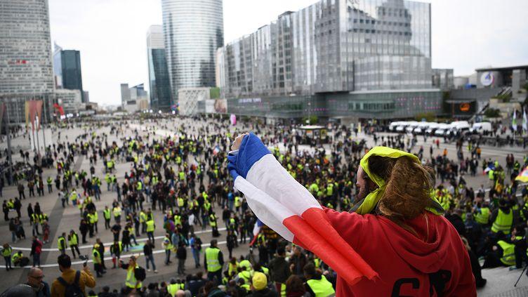 """L'esplanade de la Défense occupée par les """"gilets jaunes"""", le 6 avril 2019, à Paris. (ANNE-CHRISTINE POUJOULAT / AFP)"""