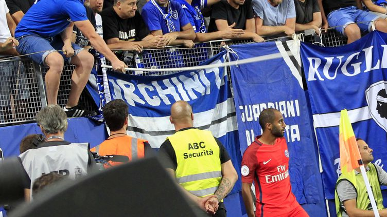 Lucas touché par une hampe souple d'un supporter bastiais le 12 août 2016 (PASCAL POCHARD CASABIANCA / AFP)