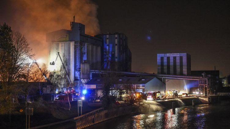 Les pompiers interviennent samedi 22 février pour éteindre l'incendie à l'usine Soufflet Alimentaire de Valenciennes (Nord) (THOMAS LO PRESTI / AFP)