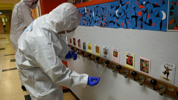 Collecte d'échantillons dans une école de Marseille (Bouches-du-Rhône), le 5 mai 2020. (CHRISTOPHE SIMON / AFP)