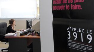 Un centre d'écoute de la plateforme téléphonique du numéro national d'aide aux victimes, le 3919. (JACQUES DEMARTHON / AFP)