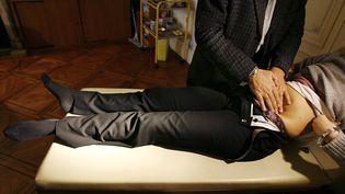 Un médecin ausculte une patiente qui présente les symptômes de la gastro-entérite, en janvier 2006. (PATRICK BERNARD / AFP)
