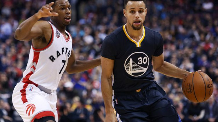 Stephen Curry face à Kyle Lowry (VAUGHN RIDLEY / GETTY IMAGES NORTH AMERICA)