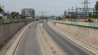 La route du tunnel de Maryland à Lagos, capitale économique du Nigeria, déserte depuis le début du confinement mis en place le 31 mars 2020. (ADEKUNLE AJAYI / NURPHOTO)