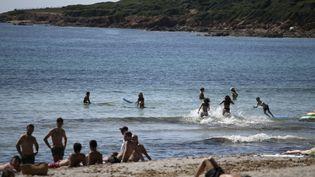 Des gens profitent d'une plage à Ajaccio (Corse-du-Sud), le 21 mai 2020. (PASCAL POCHARD-CASABIANCA / AFP)