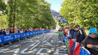 Les spectateurs, nombreux, dans le Mûr-de-Bretagne avant le passage de coureurs du Tour de France, le 27 juin 2021. (AH)