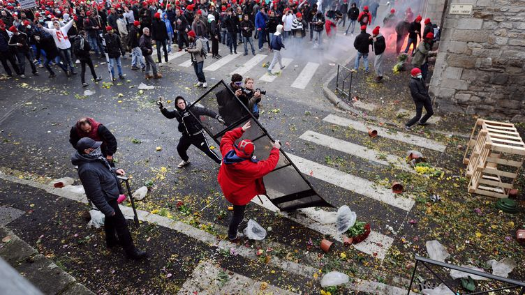Echauffourées dans une manifestation contre l'écotaxe, à Quimper, le 2 novembre 2013. (JEAN-SEBASTIEN EVRARD / AFP)