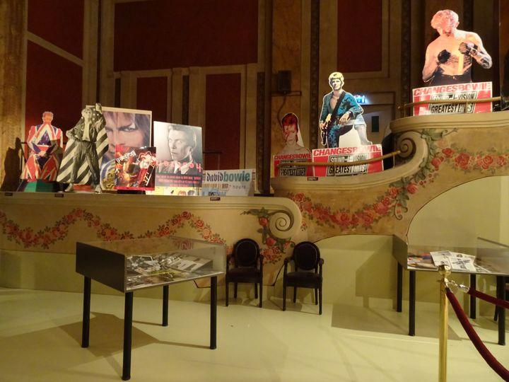 """Les PLV (panneaux publicitaires pour les magasins de disques) de la collection de Jean-Charles Gautier, à l'exposition """"Bowie Odyssée"""" au Palace (Paris 2021). (COLLECTION JEAN-CHARLES GAUTIER / PHOTO LAURE NARLIAN)"""