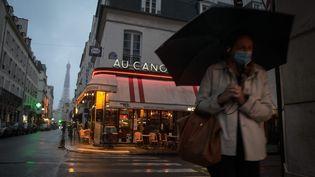 Dans une rue de Paris, le 5 octobre 2020 (photo d'illustration). (PHILIPPE DE POULPIQUET / MAXPPP)