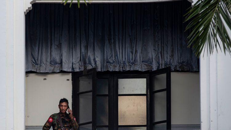 Un soldat monte la garde à l'hôtel de ville de Yangon en Birmanie, le 1er février 2021. (STR / AFP)