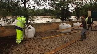 Les habitants du quartier de l'Oratoire, à Hyères (Var), observent avec appréhension le Gapeau, la rivière qui borde leur lotissement, jeudi 27 novembre 2014. (FRANCE 2 / FRANCTEV INFO)