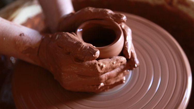 Un cours de poterie en Occitanie (Photo d'illustration). (GUILLAUME BONNEFONT / MAXPPP)