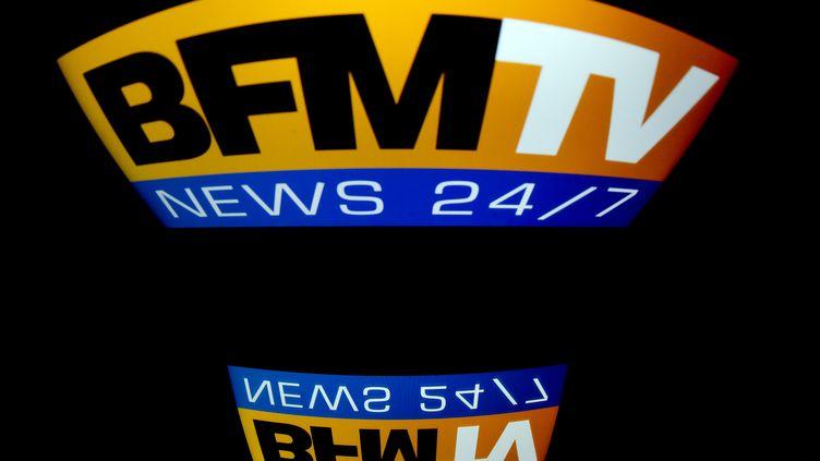 Le logo de BFMTV sur un écran de télévision, le 29 décembre 2012 à Paris. (LIONEL BONAVENTURE / AFP)