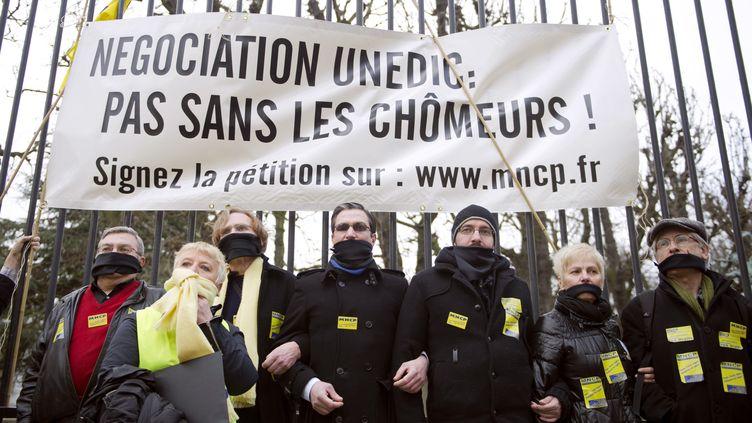 Des militants du Mouvement national des chômeurs et précaires manifestent à Paris contre les négociations sur le renouvellement de la convention d'assurance chômage, le 9 mars 2011. (BERTRAND LANGLOIS / AFP)