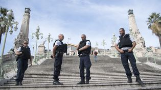Des policiers bloquent l'accès au parvis de la gare Saint-Charles, le dimanche 1er octobre 2017 à Marseille, après une attaque au couteau. (BERTRAND LANGLOIS / AFP)