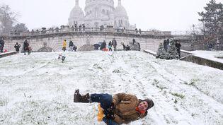 Un homme fait de la luge à Montmartre, à Paris, le 16 janvier 2021. (GAO JING / XINHUA / AFP)